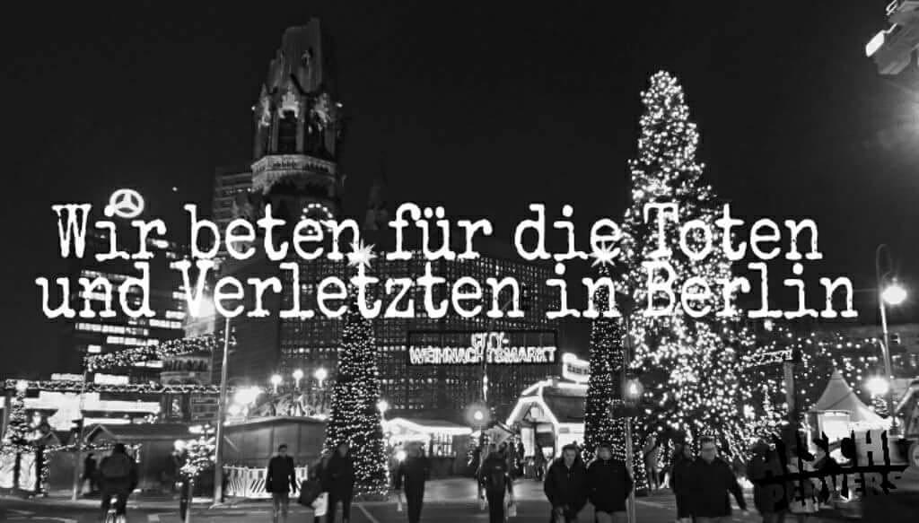 Weihnachtsmarkt früher: Wieviel Bratwurst, Süßigkeiten oder Glühwein ich wohl heute verdrücke und habe ich mich auch warm genug angezogen…? Weihnachtsmarkt heute: Ziehe ich heute doch die schusssichere Weste drunter, nehme ich nur mein Pfefferspray oder auch das Messer mit und komme ich überhaupt lebendig nach Hause…? Ich möchte nicht in so einem Deutschland leben und hoffe, dass heute tausende Berliner auf die Straßen gehen! Setzt ein Zeichen gegen den Terror und gegen ein System, dass trotz aller Warnungen diesen Terror erst möglich gemacht hat… und lasst uns für die vielen Toten und Verletzten beten! #prayforberlin