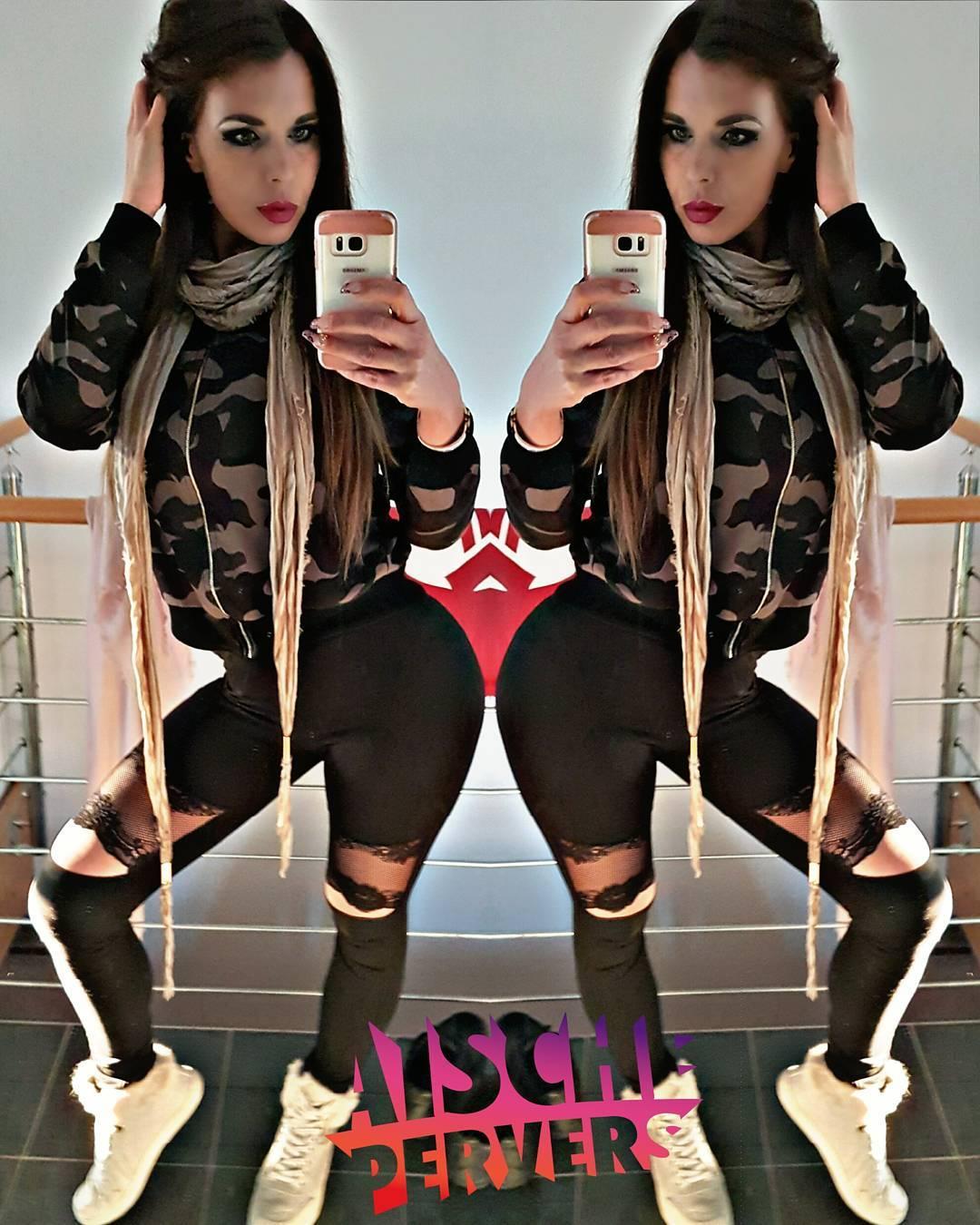 Auch angezogen hab ich ne dicke Kiste 🍑🍑🍑 Früher wollten alle Titten….nun wollen alle Arsch:) I ❤ my booty! #model #modellife #fitness #fit #healthy #sport #workout #motivation #mcfit #madebymcfit #booty #big #butt  #bigbutt #ass #legdayproblems #legs #legday #leggings #gucci #shoes #camouflage #outfitoftheday #outfit #bemyvalentine
