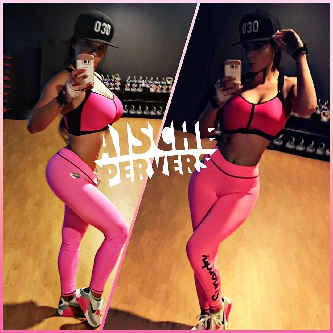 Guten Morgen #fitfam. Heute wird richtig reingehauen, denn ab 1.4 ist Diät  angesagt und ich werde extrem mies gelaunt sein. #model #modellife #instafam #instafit #fit #fitness #fitnessmodel #fitnessjunkie #bodybuilding #abs #airmax #mcfit #proudtobemcfit #legs #booty #leggings