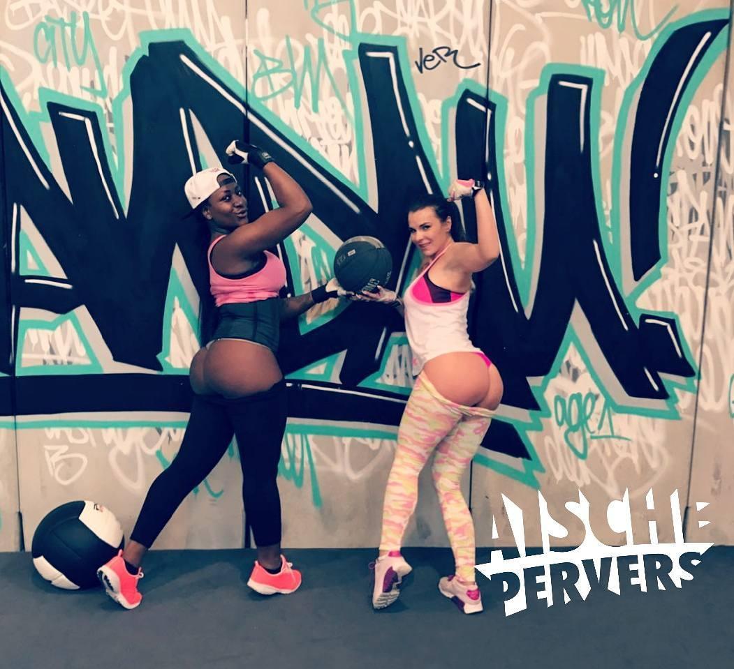 Heute extrem geiles Booty workout gehabt mit @josy.black  Folgt mir bei Snapchat für Workoutvideos: aischepervers  #modellife #model #workout #booty #legs #mcfit #fitnessjunkie #fitness #legbootyday #fun #abs #training #motivation