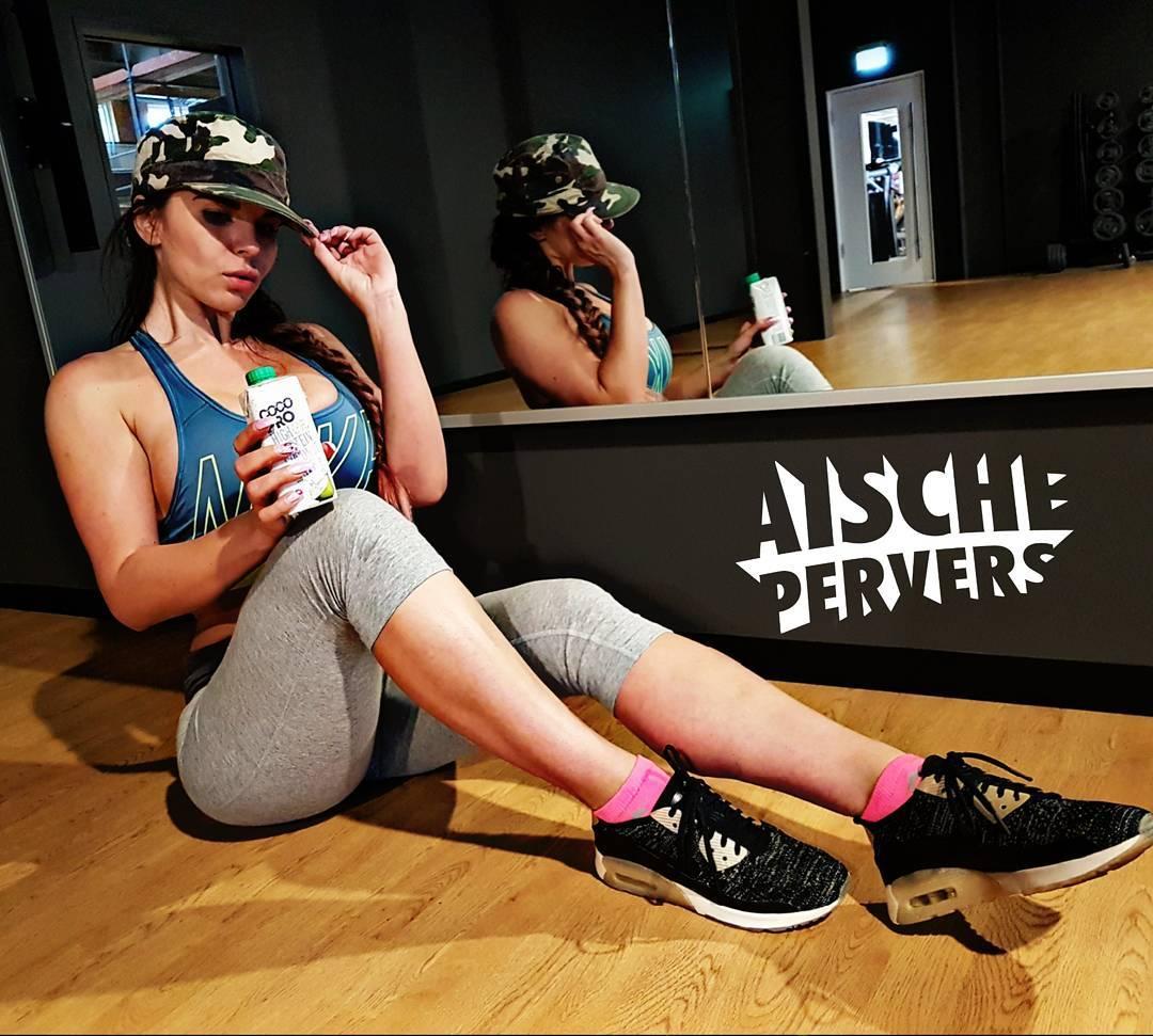 Heute wurden die Beine und 🍑 erfolgreich zerstört…Rollstuhl ist auch schon bestellt 😂. Als Belohnung gabs leckeres Protein Cocos Wasser von @brand_builder_dach. Genau das richtige nach dem Workout. #model #fit #fitness #fitnessmodel #fitfam #instafit #mcfit #healthy #cleanfood #vegan #workout #gym #booty #Legday #legs #legbootyday #cocopro #Motivation #proudtobemcfit #airmax #sport #gains