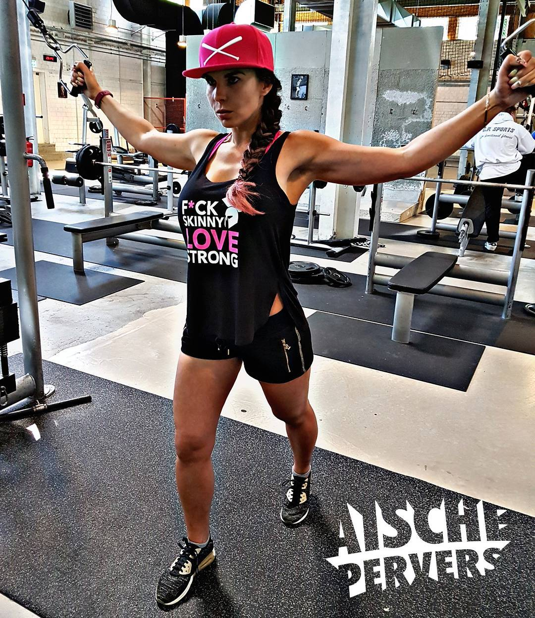 F*ck skinny Love strong ❤❤❤ Endlich wieder im #gym 💪💪💪 Danke an @gymphoman fürs geile Top  #fit #fitness #fitnessmodel #instafit #fitfam #fitnessjunkie #gymfreak #instagood #chest #chestday #Motivation #Workout #longhair #strong #curvygirl #curvy