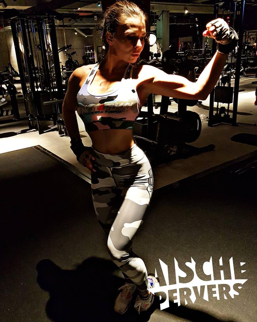 Ich verstehe einfach nicht, wie manche Mädels nach dem Workout aussehen wie frisch aus dem Beautysalon💄Ich seh aus wie Golum👹….aber weiss wenigstens, dass ich alles gegeben habe💪 #gym #gymfreak #fit #fitness #fitfam #instafit #fitnessmodel #mcfit #johnreed #workout #pain #strong #biceps #curvygirl #curvy #gains #airmax #instagood #legs #model #germangirl #leggings outfit: @bps_pharma