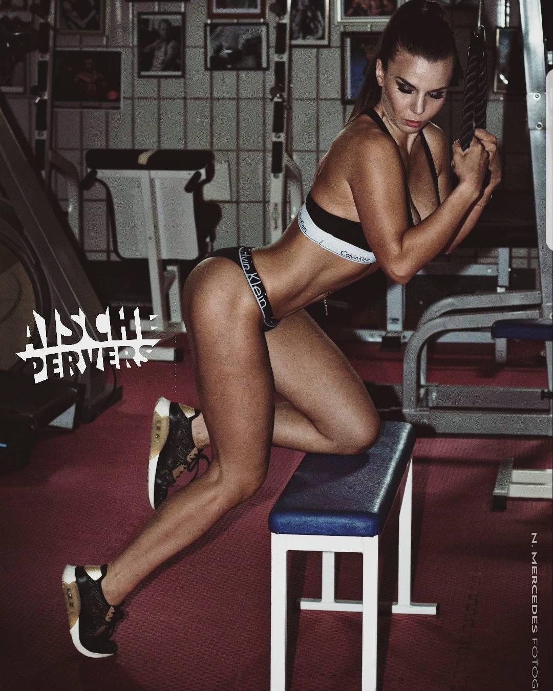 I might not be perfect, but damm I'm progressing!💪🍑💪 Free Show 28.8.17 @ funurl.de/aische #fitness #fit #fitfam #nike #airmax #calvinklein #lingerie #Workout #gym #gymfreak #sport #abs #progress #trafo #transformation #legs #booty #Motivation #healthy #lifestyle #fun #ponytail #longhair #curvygirl #curvy #strong #lift #instafit