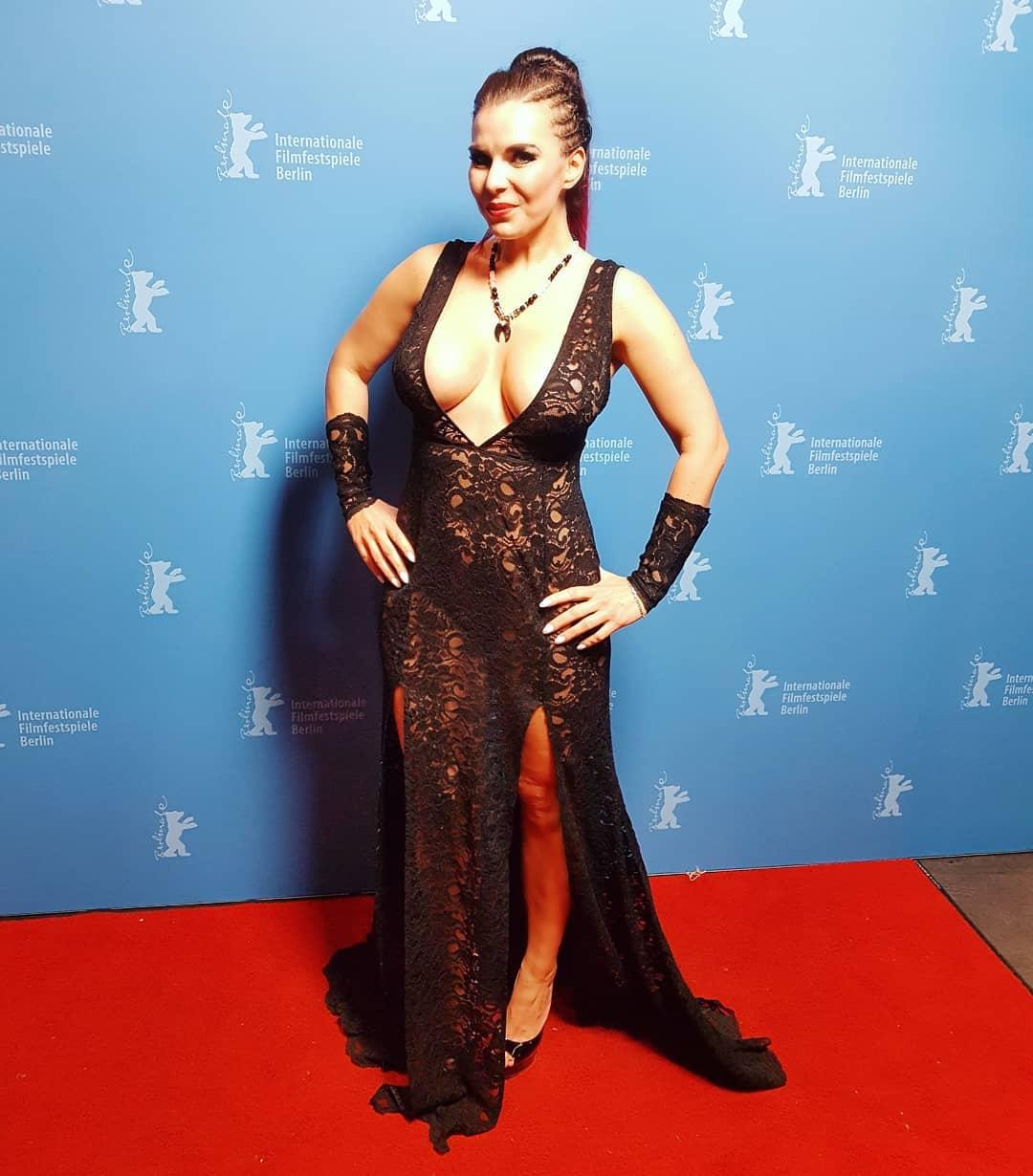 Ich wünsche Euch ein geiles Wochenende.  Kleid @sexy_handmade_berlin  Kette @royal.roxx  Sieht man, dass ich nackt unterm Kleid bin 😁😁😁 #model #Berlinale #Premiere #feierabendbier #kino #Movie #curvy #fashion #ootd #fitness #fit #Kleid #kette #mode #beauty #louboutins #german #ponytail #pornstar