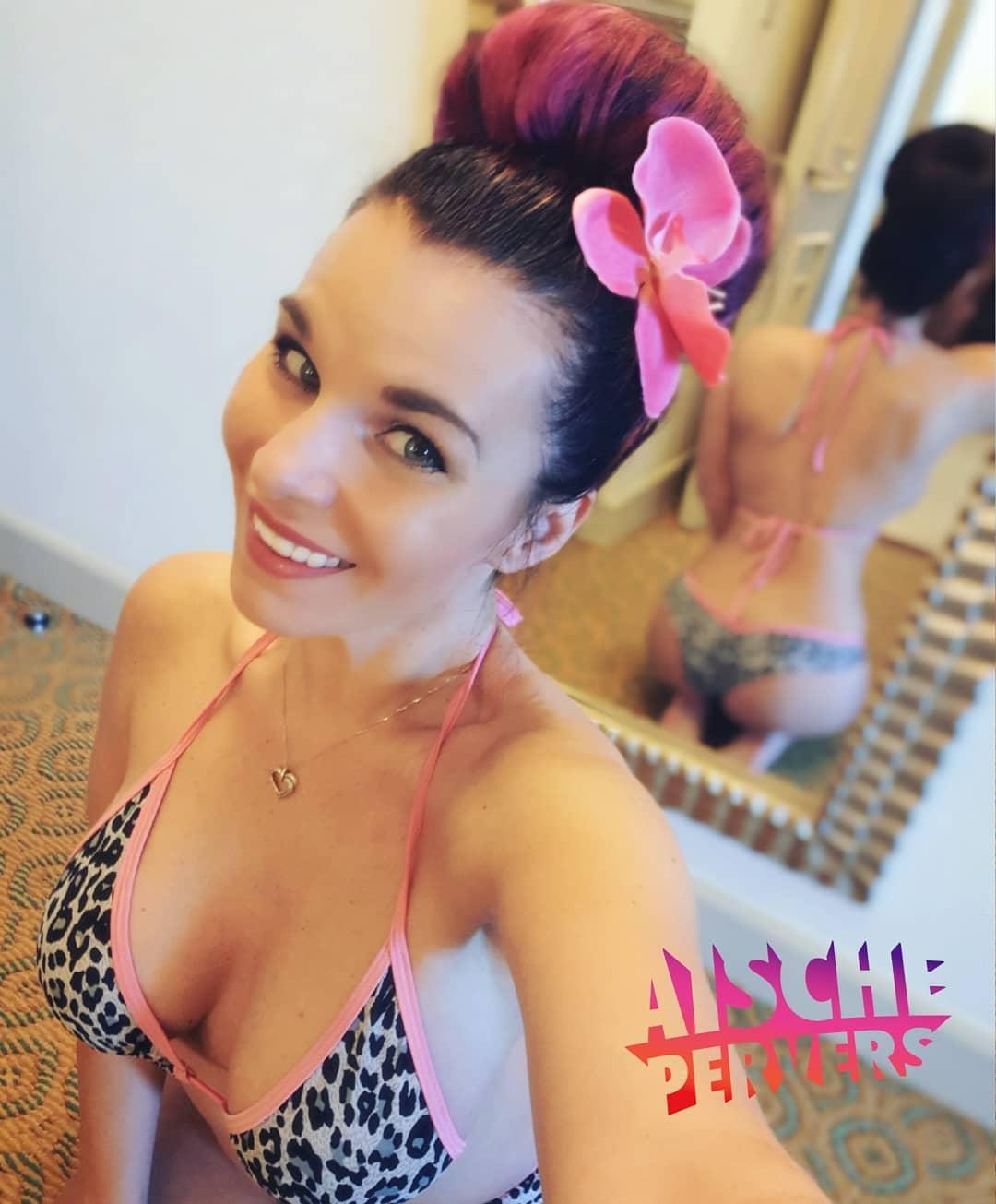 Ein Lächeln ist das beste Make up der Frau. #smile #happyness #bikini #ootd #holiday #dubai #ombrehair #curvygirl #curvy #booty #fun #enjoylife #love #german #fit #flowers #vacation
